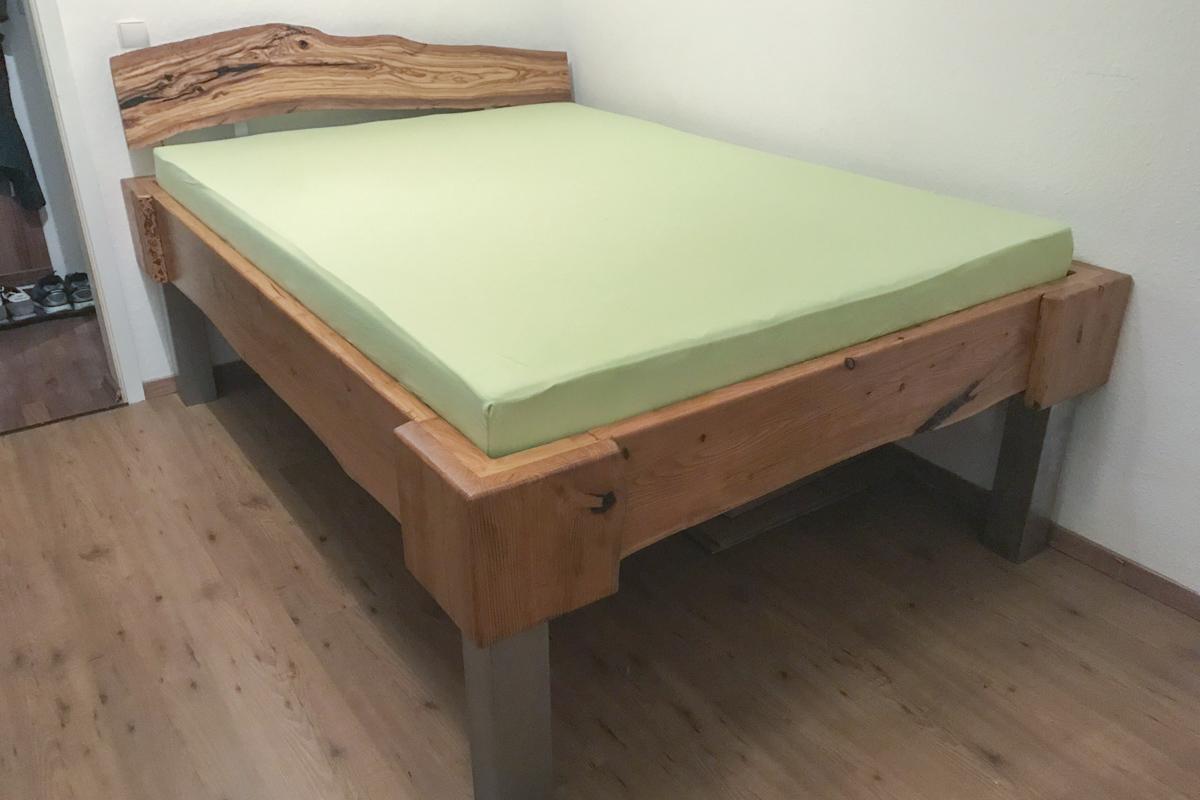 Holz Sonderanfertigung Massivholzbett Lärche Edelstahlfüße Kopfteil Olivenholz