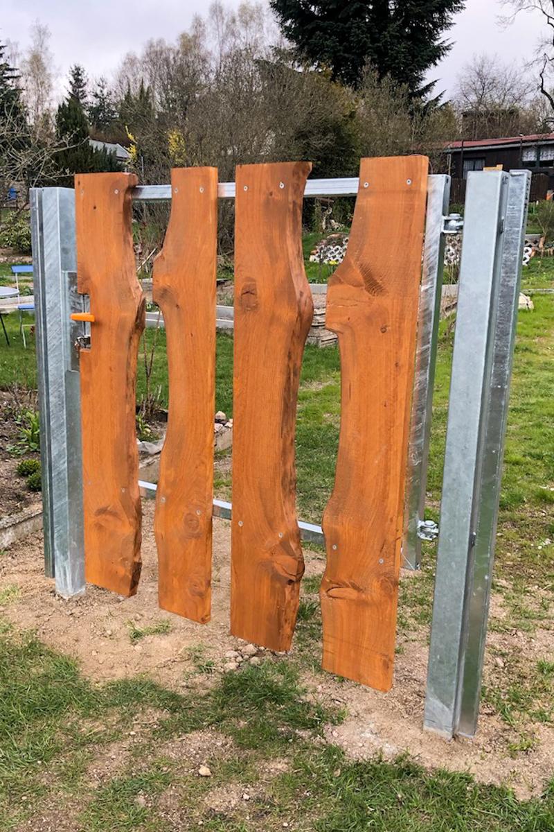 Metalltore Eingangstür verzinkter Stahl Pfosten Lärche Bolhen Verkleidung