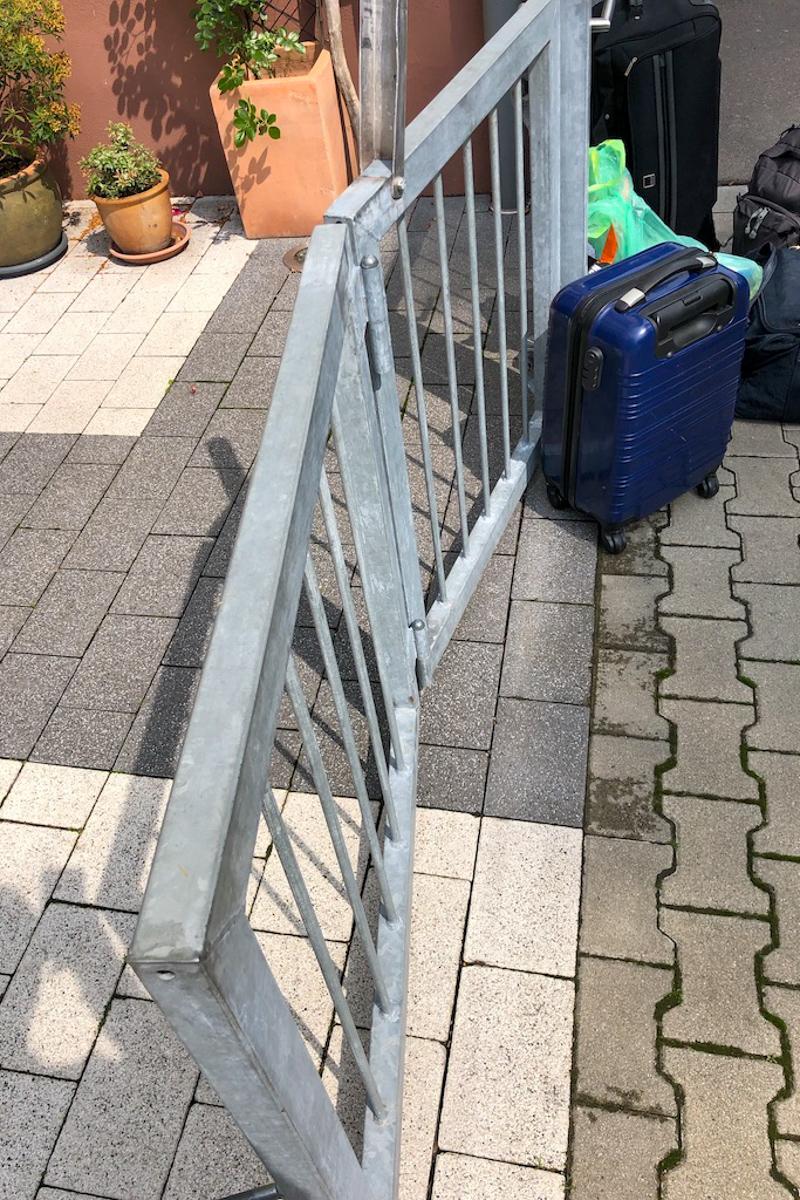 Metalltore klappbares Einfahrtstor verzinkter Stahl senkrechte Füllstäbe verstellbare Schaniere