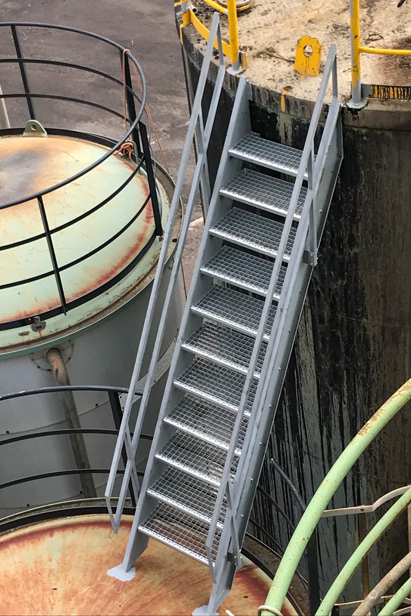 Metalltreppe Spezialtreppe Zweiholmtreppe Geländer grundiert