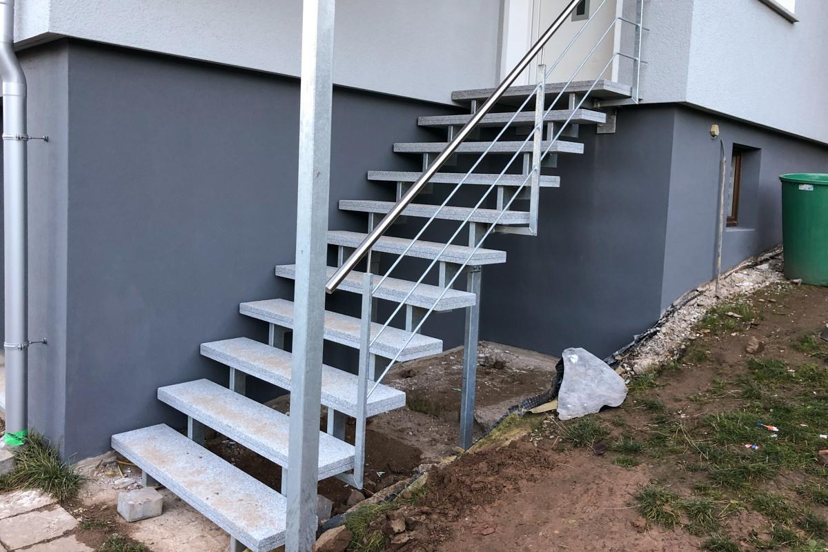 Metalltreppe Zweiholmtreppe Edelstahlhandlauf Rundstabfüllung Granitstufen Eingangstreppe