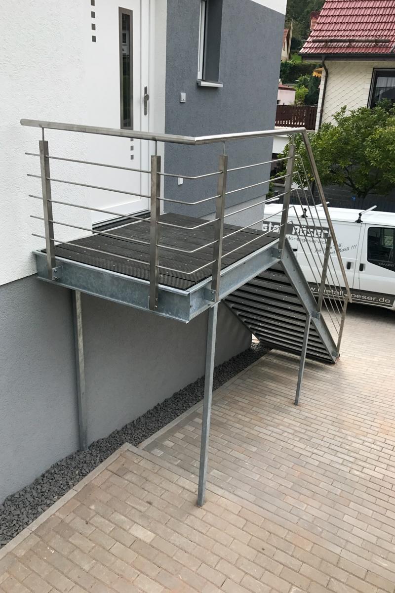 Metalltreppe Zweiwangentreppe Stufen U-Profile WPC Dielen Geländer Edelstahlhandlauf Rundstabfüllung Außentreppe