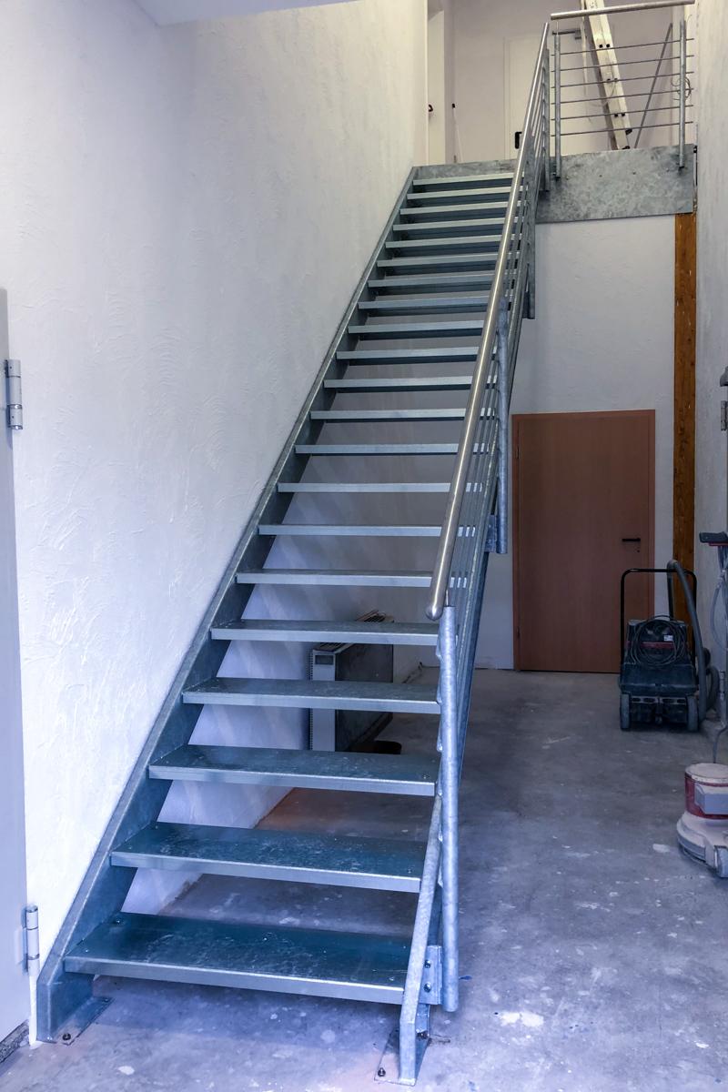 Metalltreppe Zweiwangentreppe gekanntete Stufen U-Profile PVC Belag Geländer Edelstahlhandlauf Rundstabfüllung