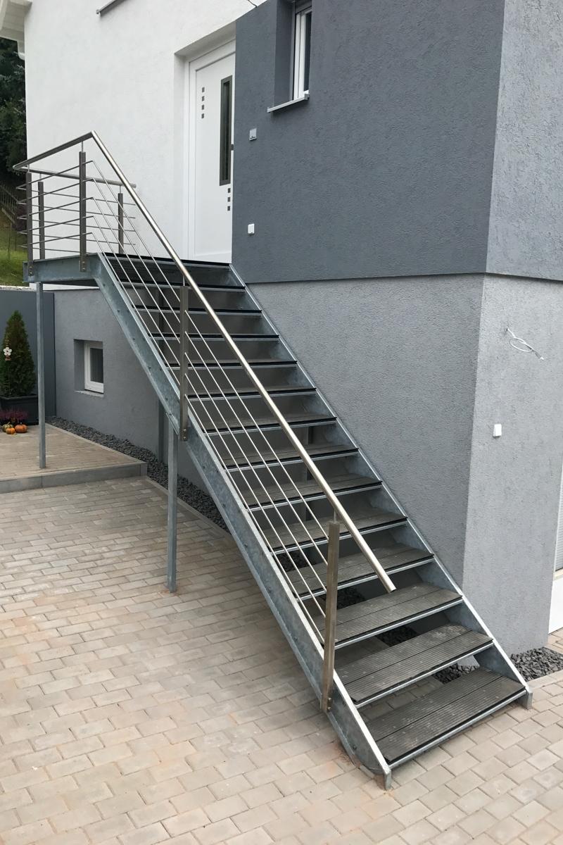 Metalltreppe Zweiwangentreppe gekanntete Stufen U-Profile WPC-Dielen Belag Geländer Edelstahlhandlauf Rundstabfüllung