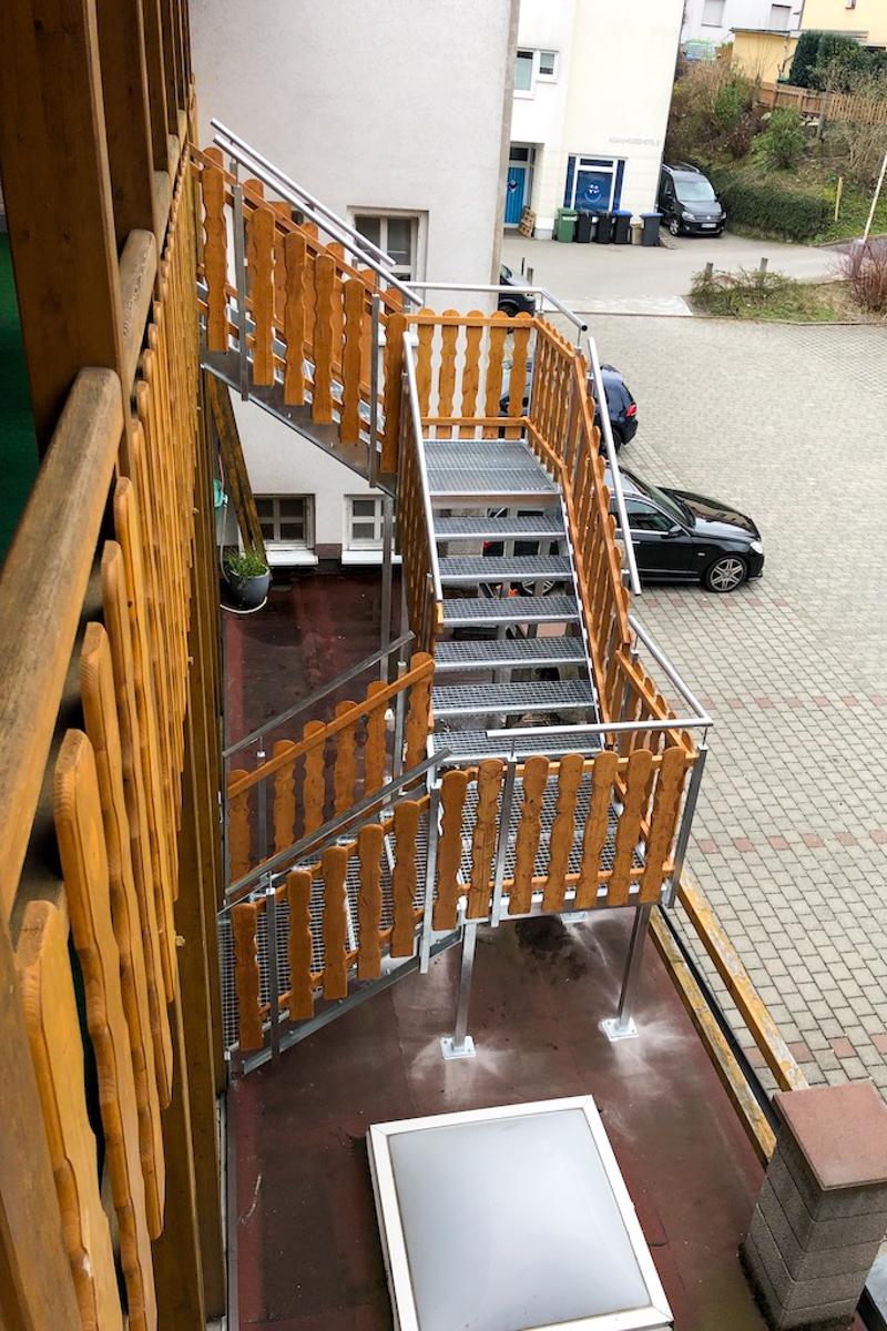 Metalltreppen Fluchttreppe Wangen verzinkter Stahl Gitterrostestufen Podest Hochbretter Füllung Holztreppe