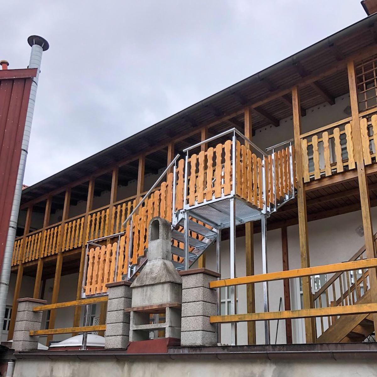 Metalltreppen Fluchttreppe Wangen verzinkter Stahl Gitterrostestufen Podeste Hochbretter Füllung Holztreppe