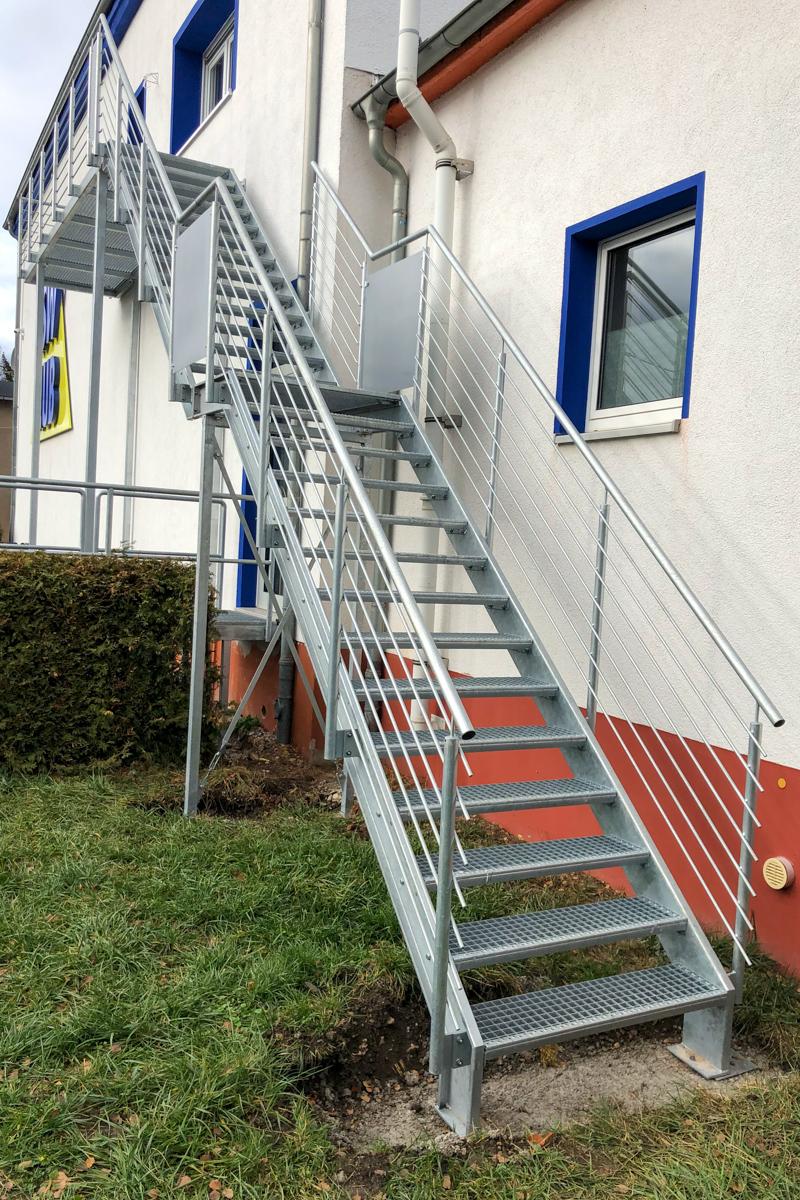 Metalltreppen Zweiwangentreppe Gitterroststufen Geländer Handlauf Rundstabfüllung feuerverzinkt