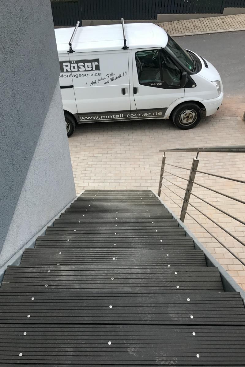 Metalltreppen Zweiwangentreppe gekanntete Stufen U-Profile WPC Dielen Belag Geländer Edelstahlhandlauf Rundstabfüllung
