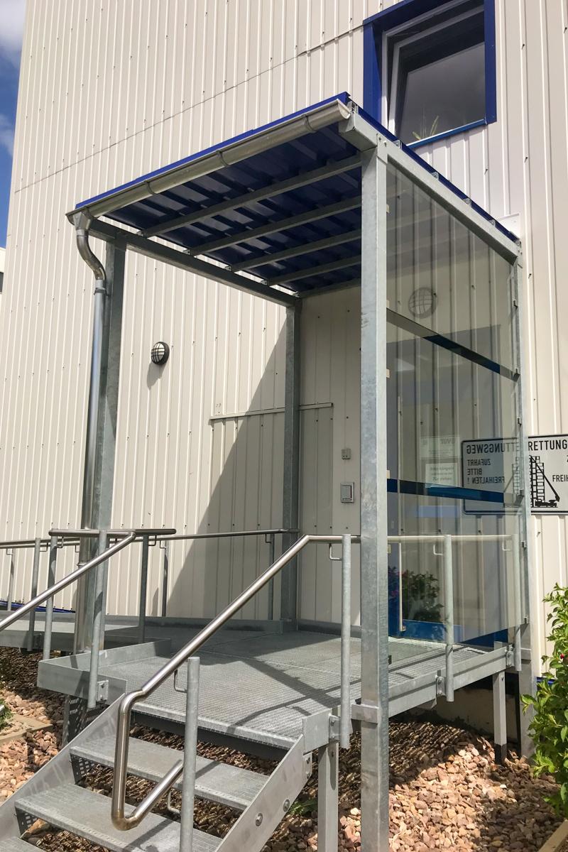 Metallvordach Vordach Stahl verzinkt Trapezblechdach Dachrinne Ablaufrohr Windschutz ESG Klarglas