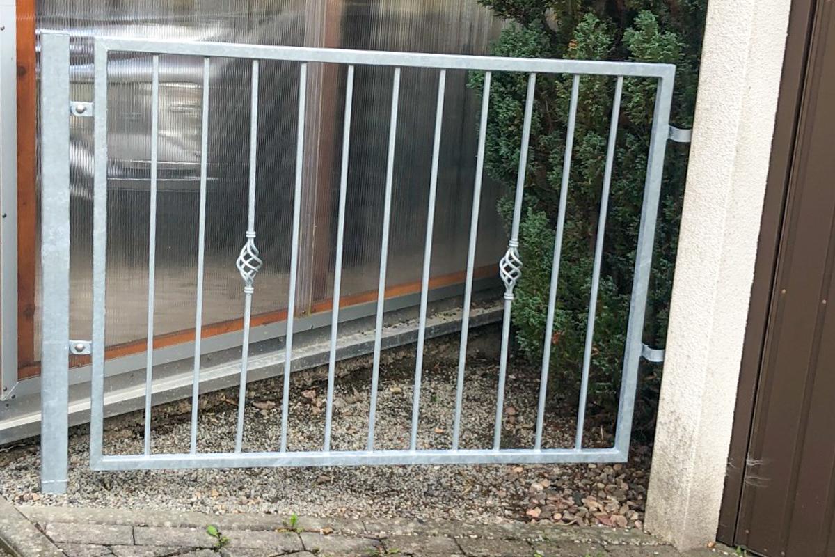 Metallzäune schmiedeeiserner Zaun mit glatten Rahmen Zierstäbe Zaunpfosten Betonarbeiten