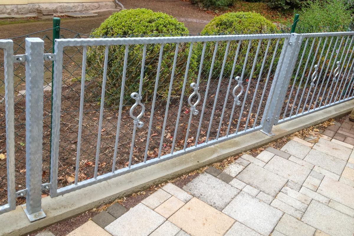 Metallzaun schmiedeeiserner Zaun C-Schürkel Zierstäbe kanntengehämmertem Rahmen
