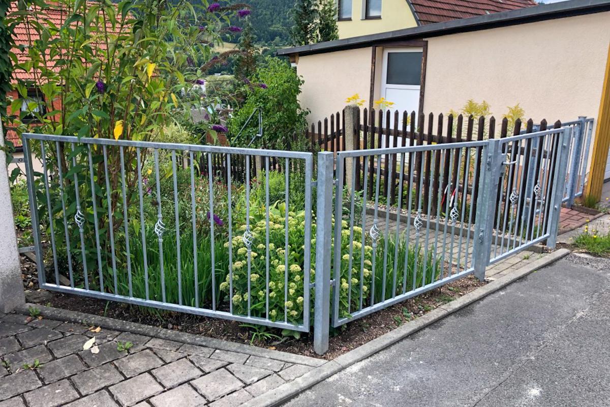 Metallzaun Schmiedeeiserner Zaun mit glatten Rahmen Zierstäbe Zaunpfosten Betonarbeiten