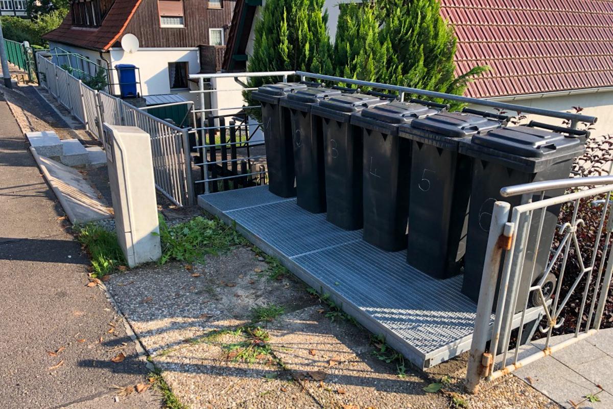 Stahlbauteile Mülltonnenpodest Mülltonnenstellplatz aus verzinkten Stahl Gitterrost Querstabgeländer